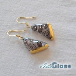 Обеци кафяви, 1,5 см триъгълник декорирано със злато