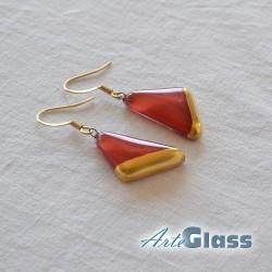 Обеци в червен цвят, 1,5 см триъгълник декорирано със злато